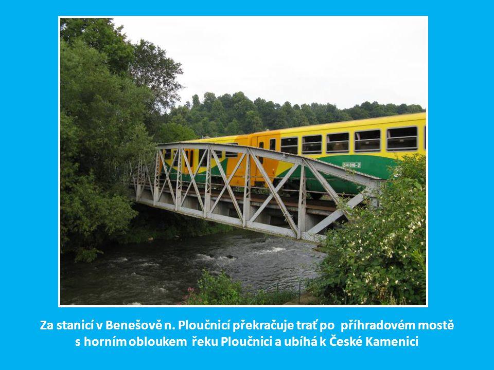 Nádražní budova ve stanici Benešov n.Ploučnicí. Ze stanice odbočuje trať do České Lípy, která je třetí hlavním ramenem BNB. Bude o ní ještě řeč v dalš
