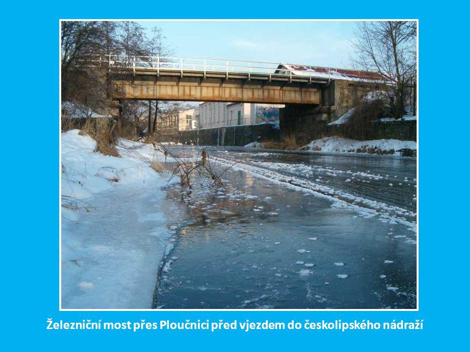 V českolipské čtvrti Holý vrch se rozdělují dvě větve BNB (na Jedlovou a Benešov n. Ploučnicí) a po kamenných mostech překonávají místní komunikaci. Z