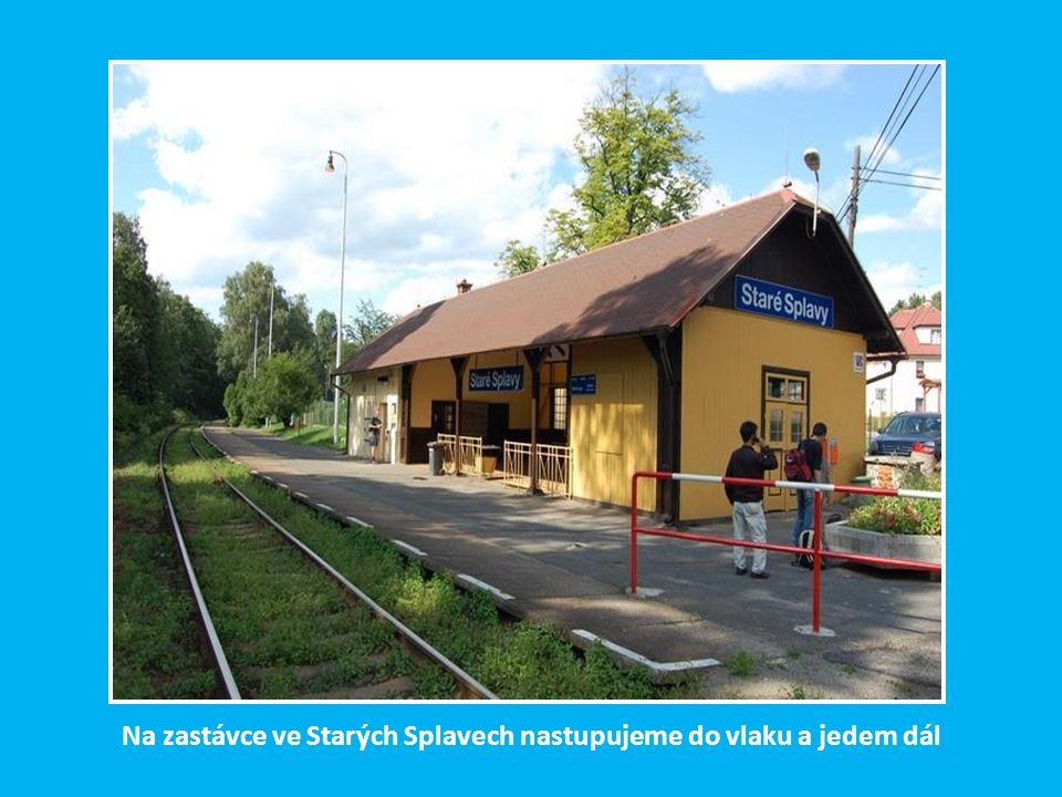 Smutný pohled na zeminou zasypané koleje mezi nádražím v Jiříkově a sousedním Ebersbachu