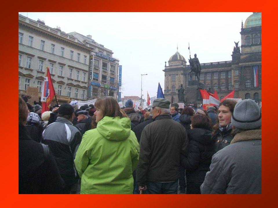 Jiří Dienstbier v neformální přátelské diskusi se studenty