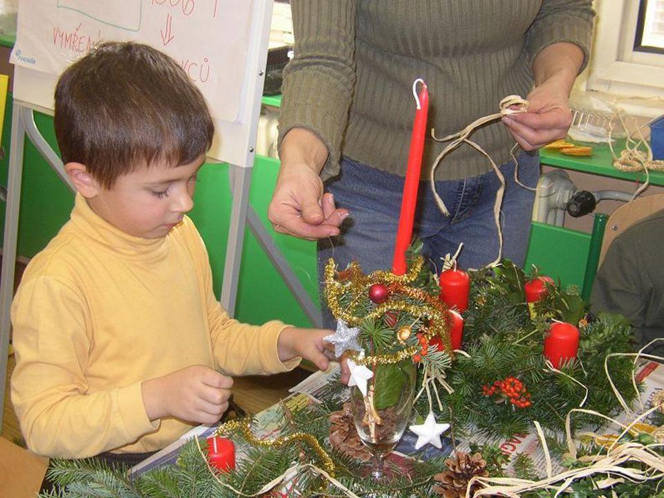 Vánoční výstava •Zde najdete pár fotografií z vánoční výstavy, na kterou žáci všech tříd společně udělali betlém.