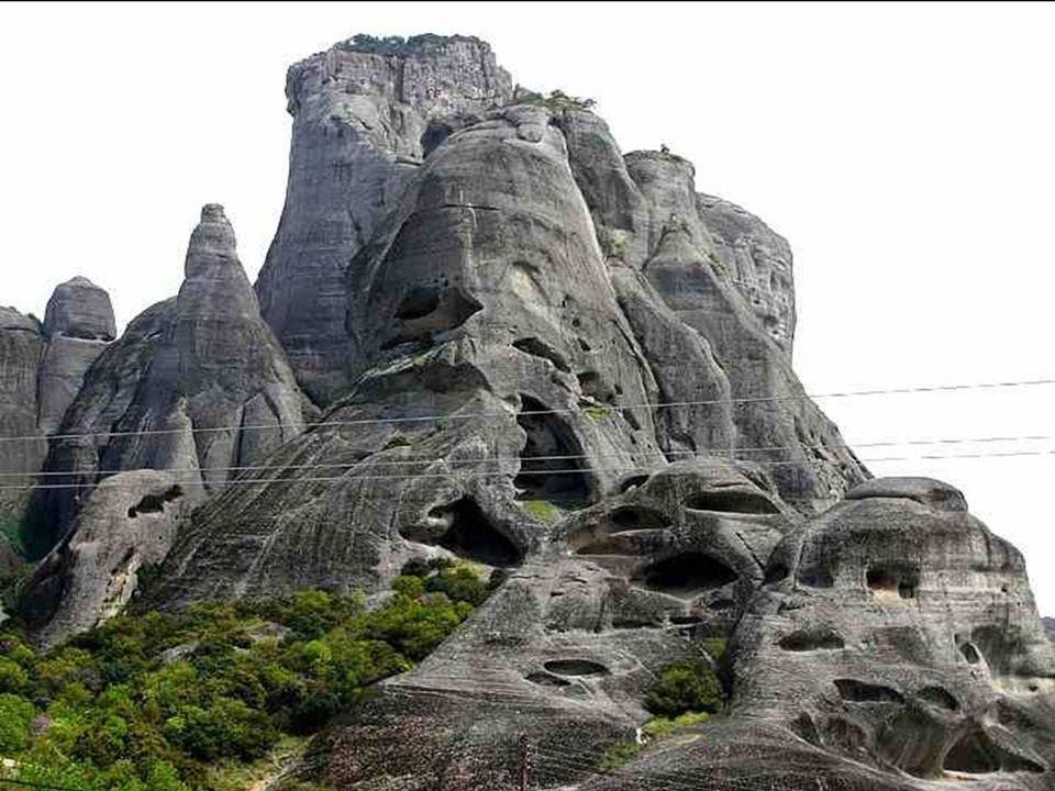 Kláštery se vypínají na vrcholcích skalnatých věží vysokých až 400 metrů nad Thesálskou rovinou.