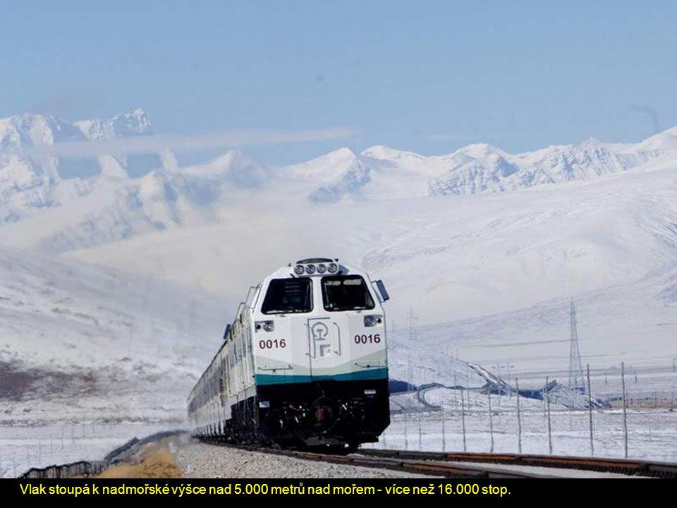 Vlak stoupá k nadmořské výšce nad 5.000 metrů nad mořem - více než 16.000 stop.