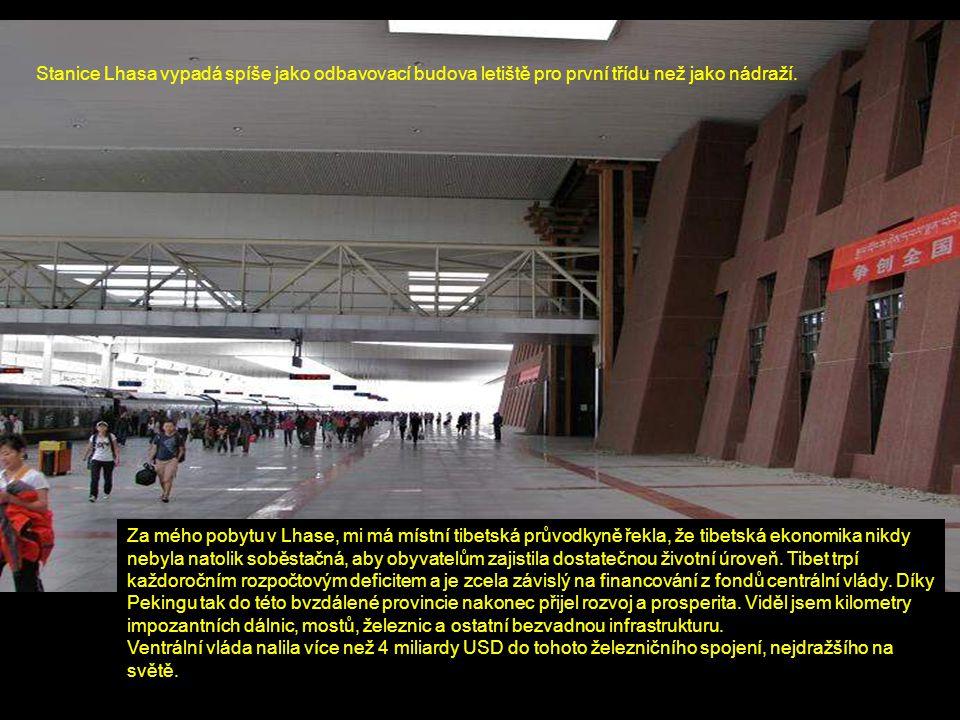 Stanice Lhasa vypadá spíše jako odbavovací budova letiště pro první třídu než jako nádraží. Za mého pobytu v Lhase, mi má místní tibetská průvodkyně ř