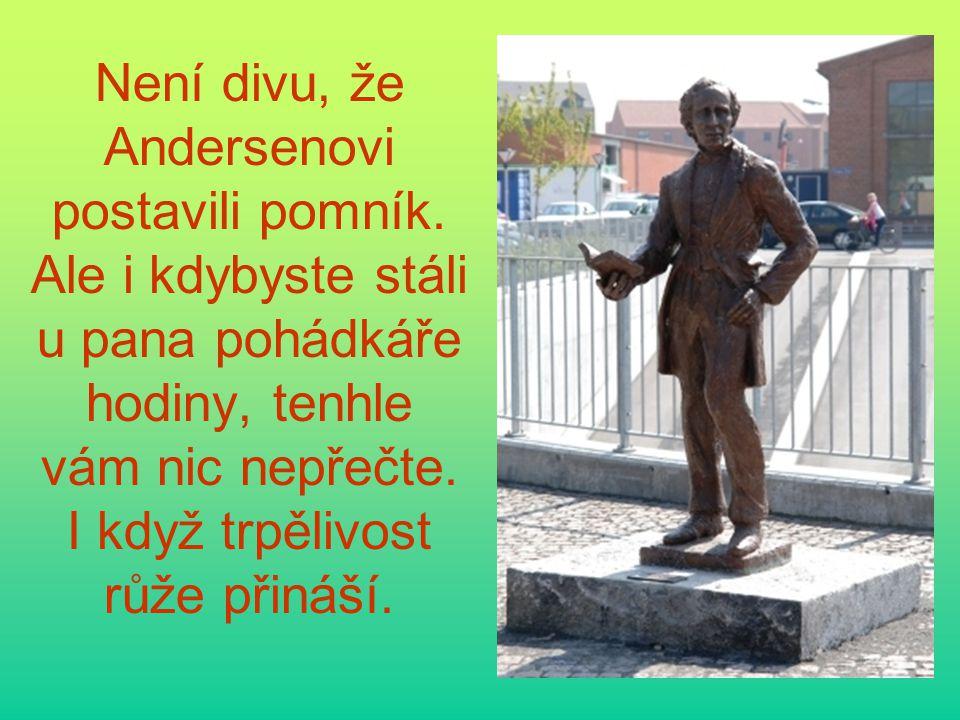 Není divu, že Andersenovi postavili pomník. Ale i kdybyste stáli u pana pohádkáře hodiny, tenhle vám nic nepřečte. I když trpělivost růže přináší.
