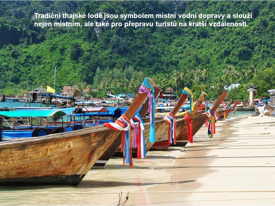 Tradiční thajské lodě jsou symbolem místní vodní dopravy a slouží nejen místním, ale také pro přepravu turistů na kratší vzdálenosti.