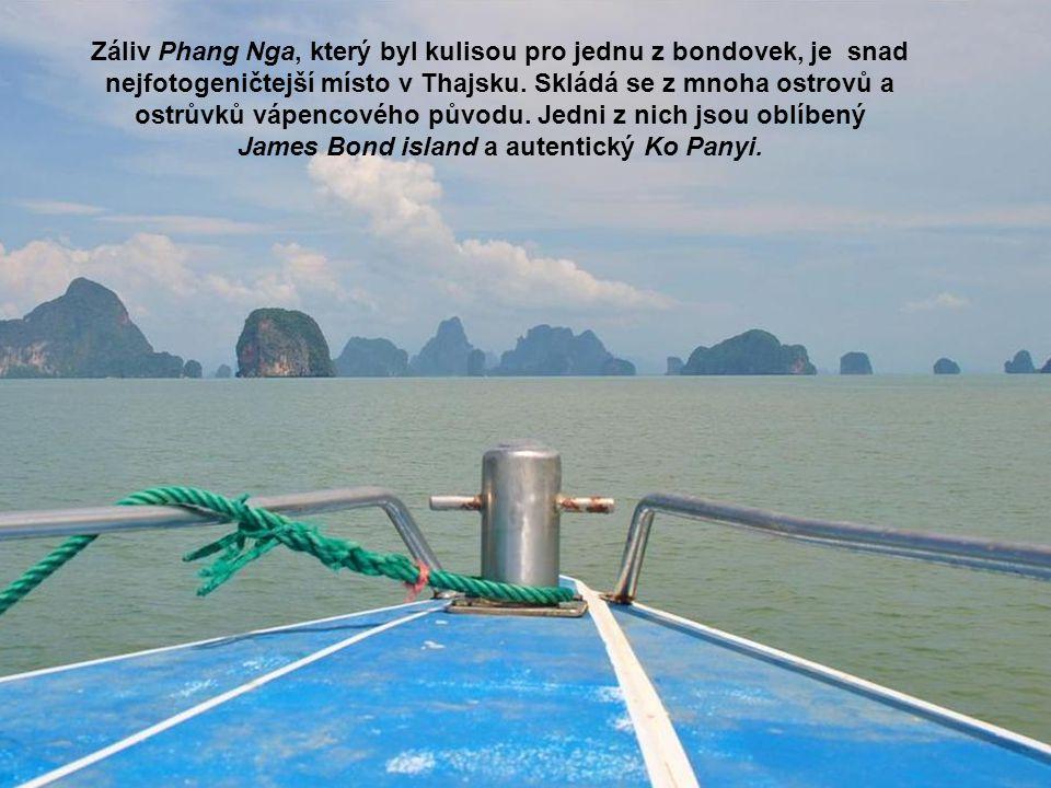 Záliv Phang Nga, který byl kulisou pro jednu z bondovek, je snad nejfotogeničtejší místo v Thajsku. Skládá se z mnoha ostrovů a ostrůvků vápencového p