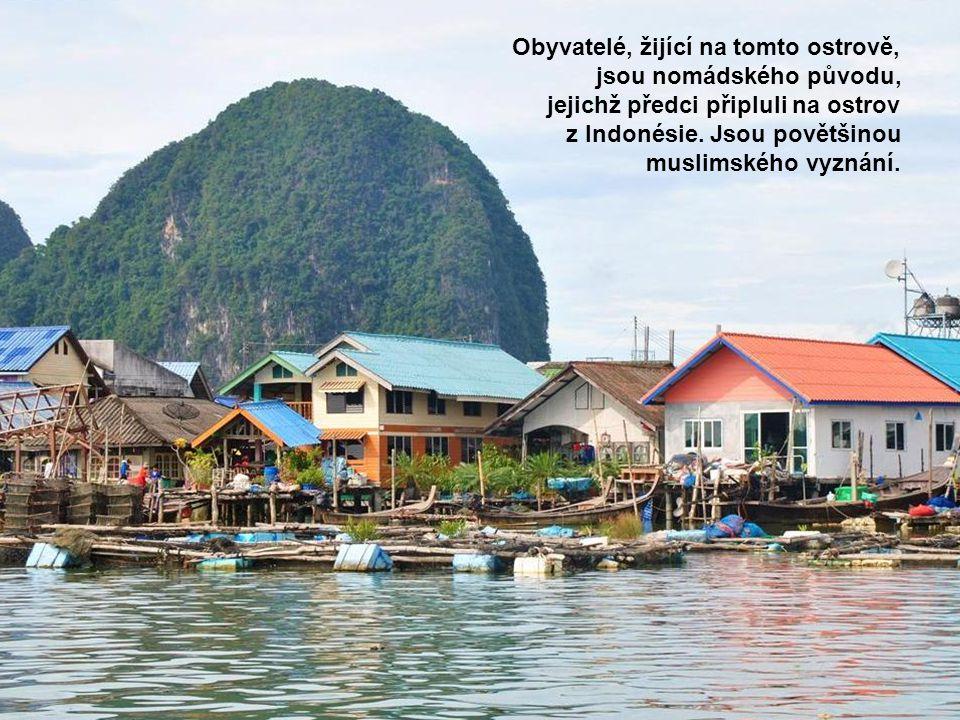 Obyvatelé, žijící na tomto ostrově, jsou nomádského původu, jejichž předci připluli na ostrov z Indonésie. Jsou povětšinou muslimského vyznání.