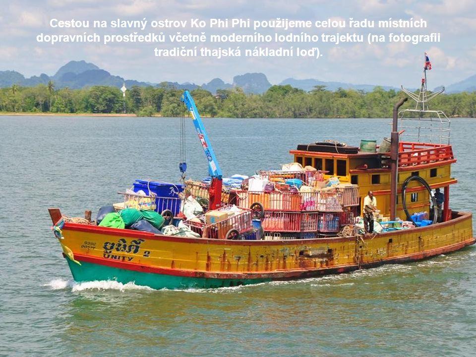 Cestou na slavný ostrov Ko Phi Phi použijeme celou řadu místních dopravních prostředků včetně moderního lodního trajektu (na fotografii tradiční thajská nákladní loď).
