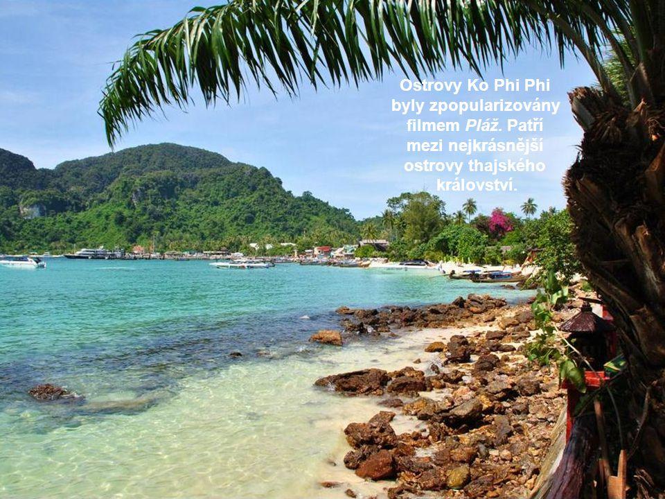 Ostrovy Ko Phi Phi byly zpopularizovány filmem Pláž. Patří mezi nejkrásnější ostrovy thajského království.