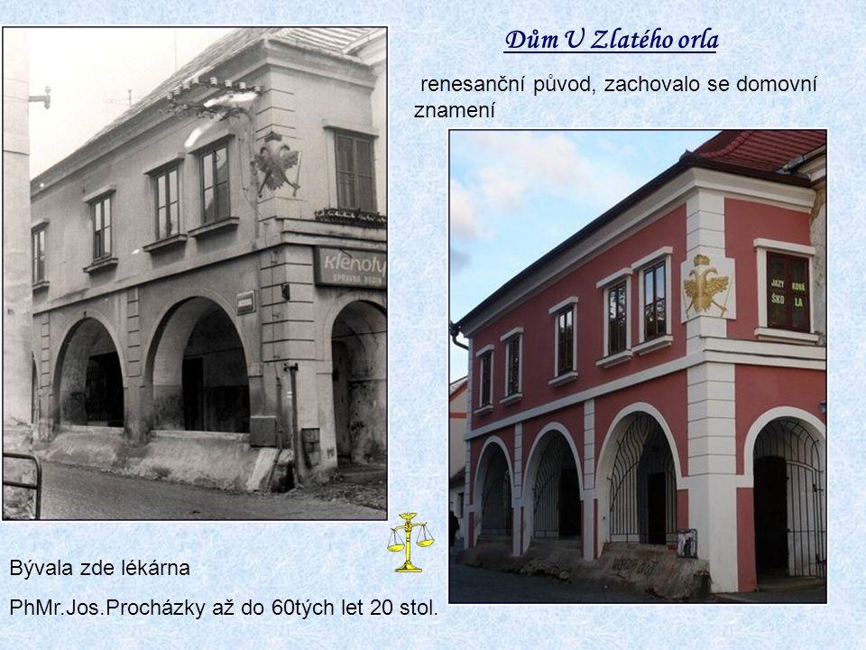 pohled na náměstí ze zámeckého nádvoří věžní hodiny od Václava Nováčka z r. 1909