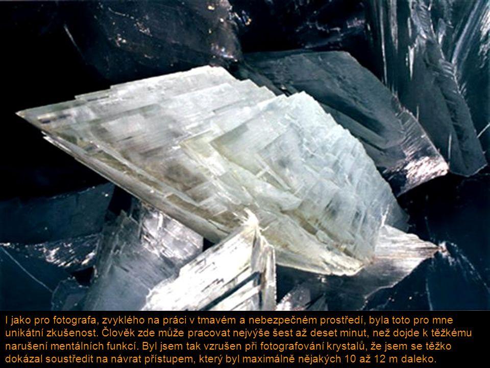 Les krystalů, největších na planetě Neskutečný snový svět, přesahující naši představivost Jeskyně s teplotou vyšší než 60° C a 100% vlhkostí, pekelné místo, kde člověk přežije jen několik minut.