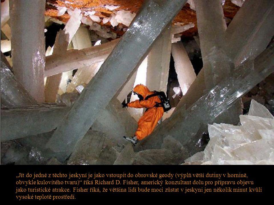 """""""Jít do jedné z těchto jeskyní je jako vstoupit do obrovské geody (výplň větší dutiny v hornině, obvykle kulovitého tvaru)"""" říká Richard D. Fisher, am"""