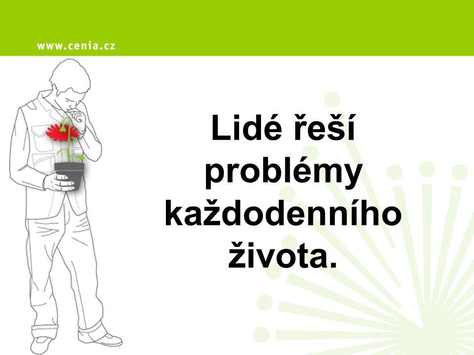 Lidé řeší problémy každodenního života.