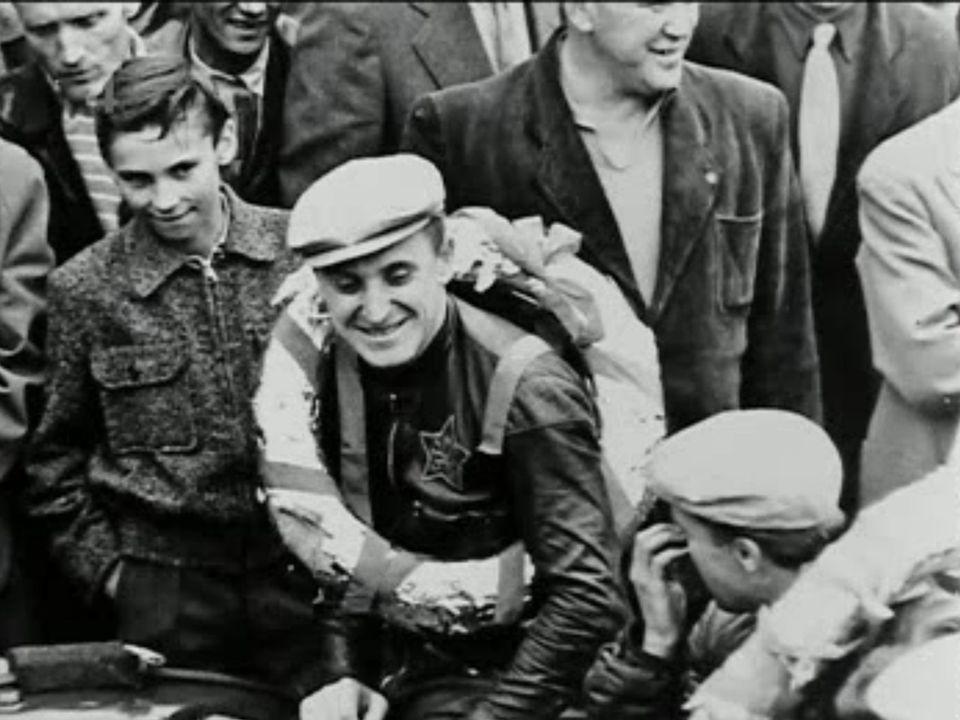1960 Na startu třistapadesátek si kopl největší favorit závodu, tovární jezdec Jawy František Šťastný, do sedla tak nešťastně, že mu sedlo upadlo a on