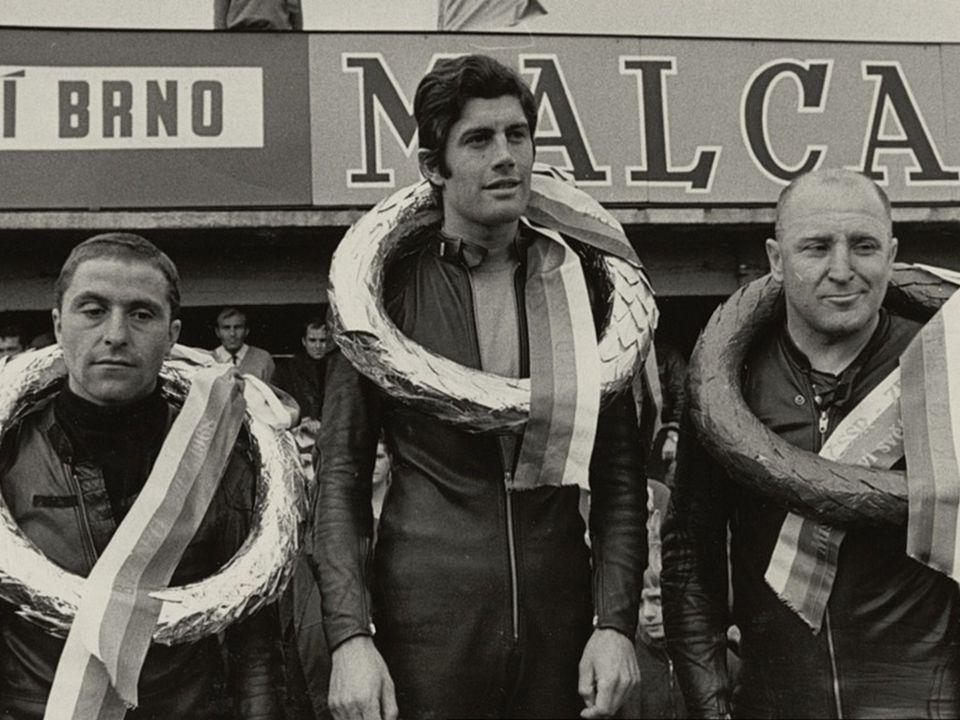 Na startu veteránů na Salzburgringu. Po levé ruce slavný tovární jezdec BMW Walter Zeller Nikdy nežehral na neúspěchy. Rozdával radost a když už nezáv