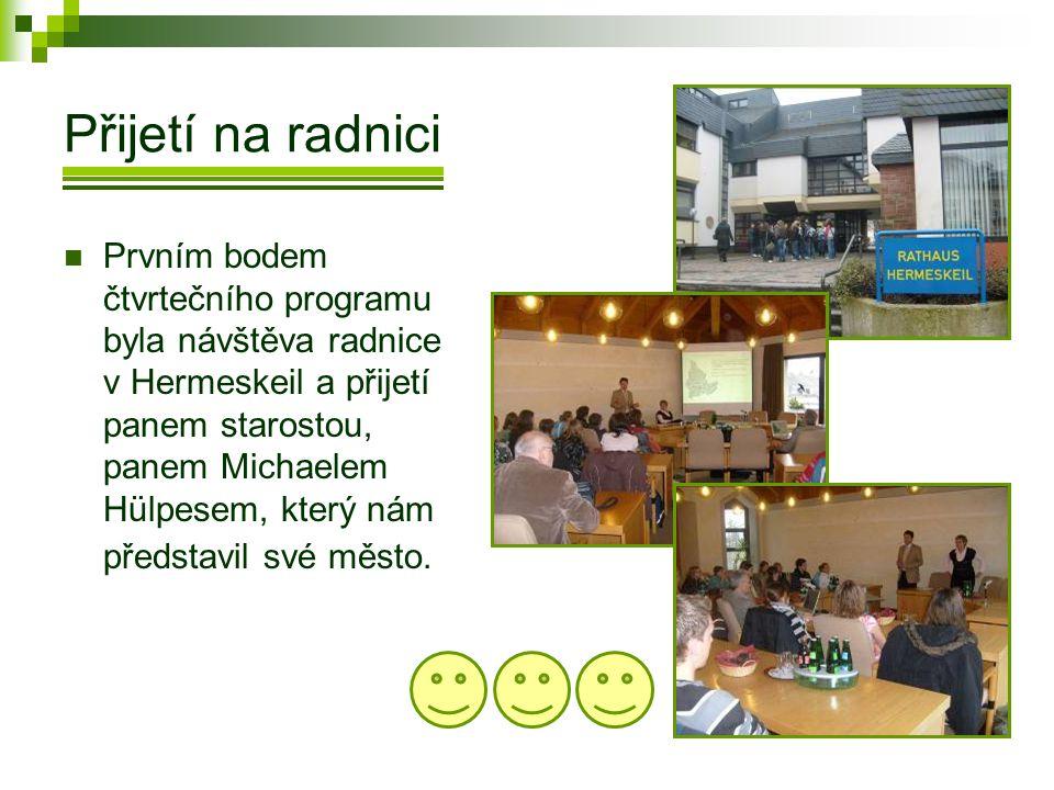 Přijetí na radnici  Prvním bodem čtvrtečního programu byla návštěva radnice v Hermeskeil a přijetí panem starostou, panem Michaelem Hülpesem, který nám představil své město.