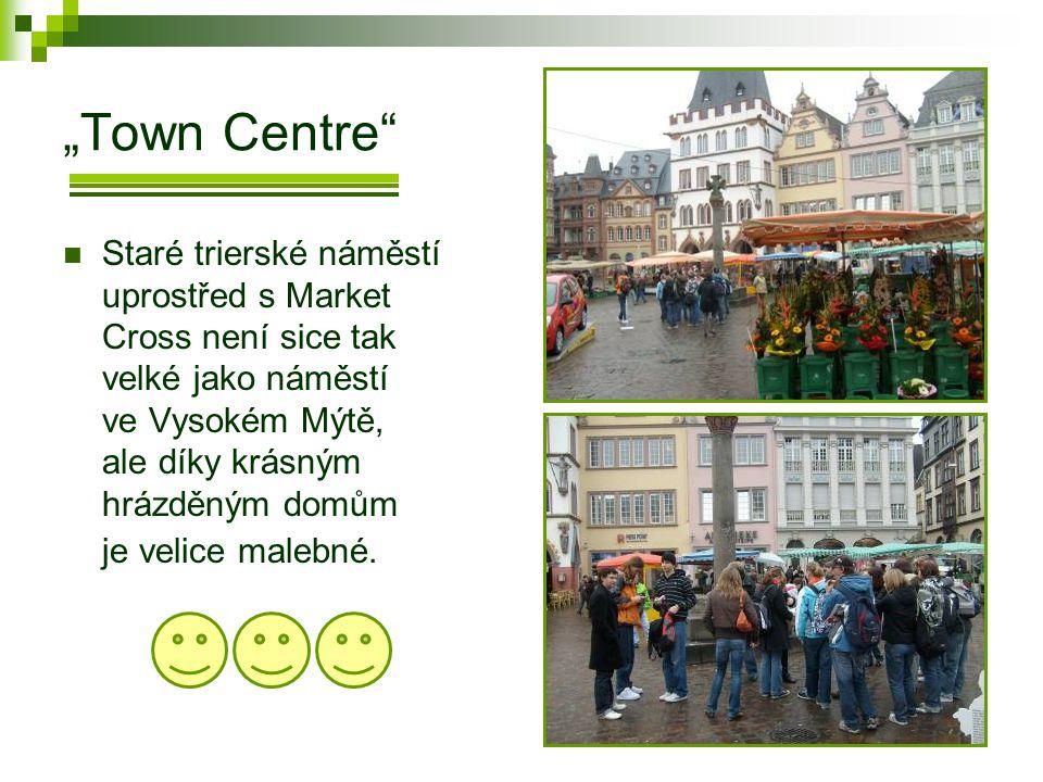 """""""Town Centre  Staré trierské náměstí uprostřed s Market Cross není sice tak velké jako náměstí ve Vysokém Mýtě, ale díky krásným hrázděným domům je velice malebné."""