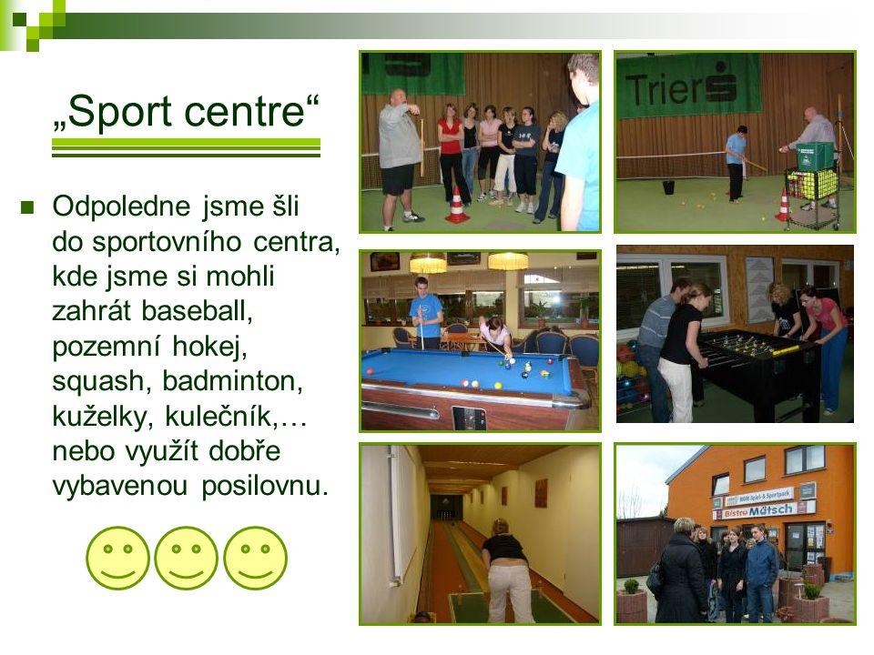 """""""Sport centre  Odpoledne jsme šli do sportovního centra, kde jsme si mohli zahrát baseball, pozemní hokej, squash, badminton, kuželky, kulečník,… nebo využít dobře vybavenou posilovnu."""