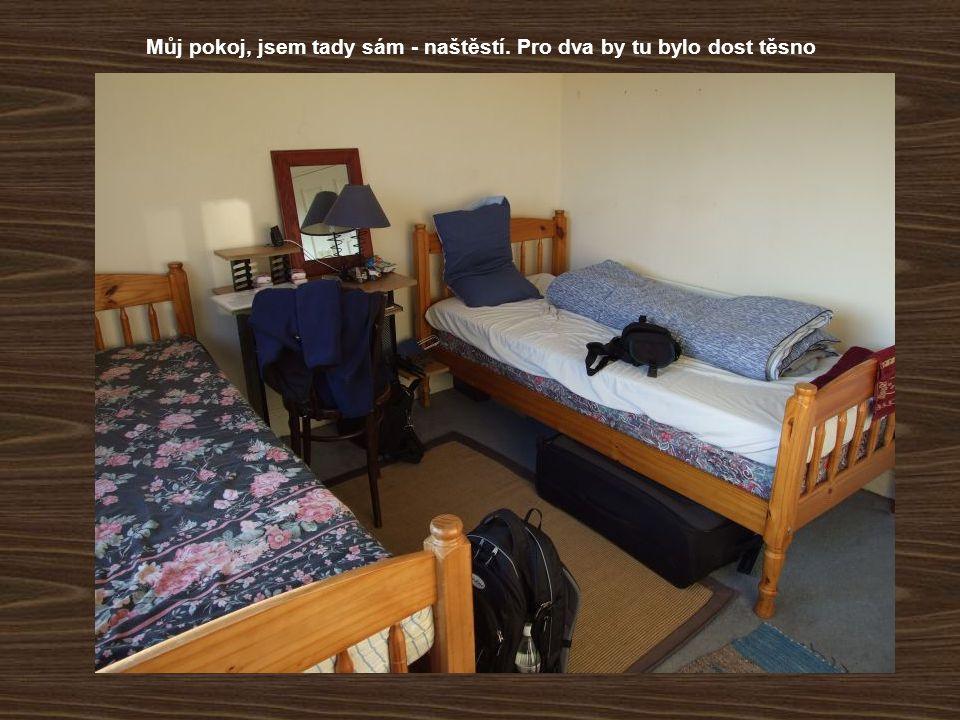 Můj pokoj, jsem tady sám - naštěstí. Pro dva by tu bylo dost těsno