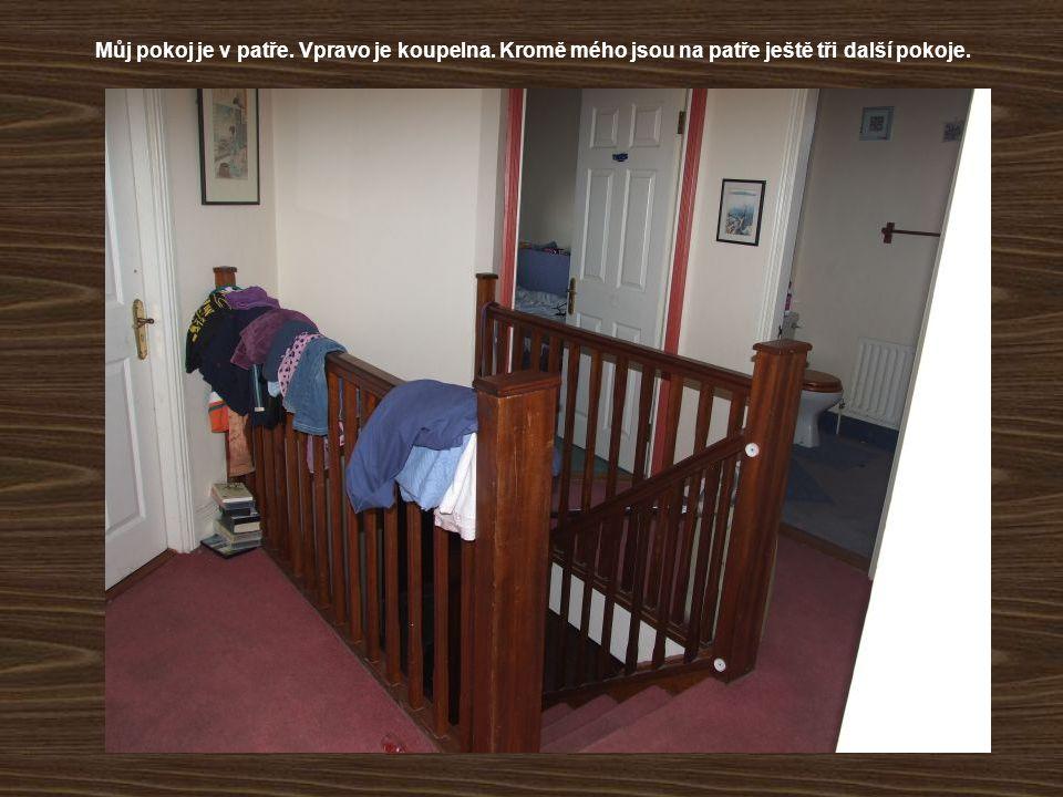 Můj pokoj je v patře. Vpravo je koupelna. Kromě mého jsou na patře ještě tři další pokoje.