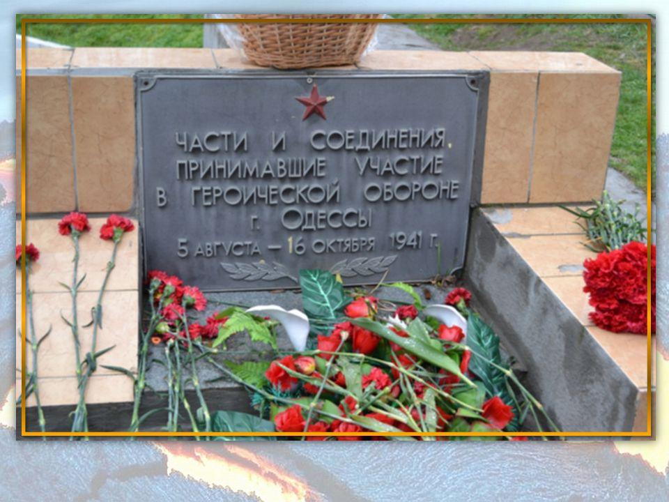 Každý účastník položil kytici květin k památníkům, které se zde nacházejí.