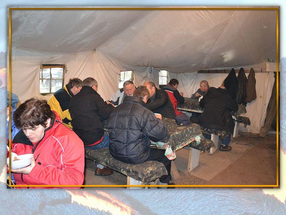 Po prohlídce nás čekala ukrajinská snídaně skvěle jsme si pochutnali na pohankové kaši s masem, zeleninou kdo chtěl byl k dispozici bílý chleba.