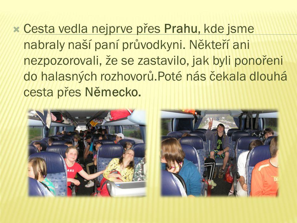  Cesta vedla nejprve přes Prahu, kde jsme nabraly naší paní průvodkyni.