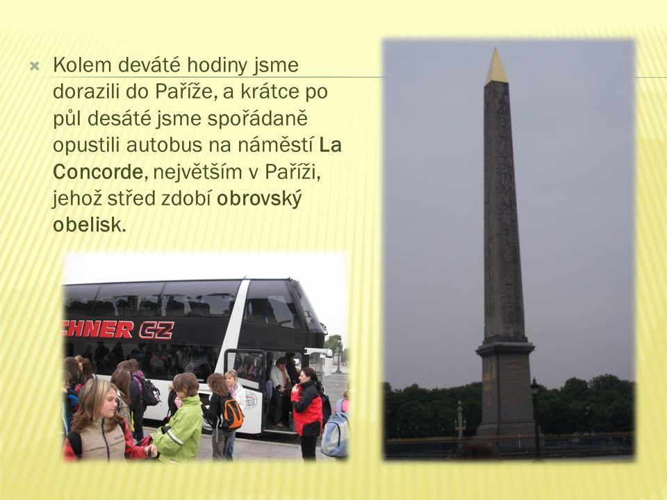  Kolem deváté hodiny jsme dorazili do Paříže, a krátce po půl desáté jsme spořádaně opustili autobus na náměstí La Concorde, největším v Paříži, jehož střed zdobí obrovský obelisk.