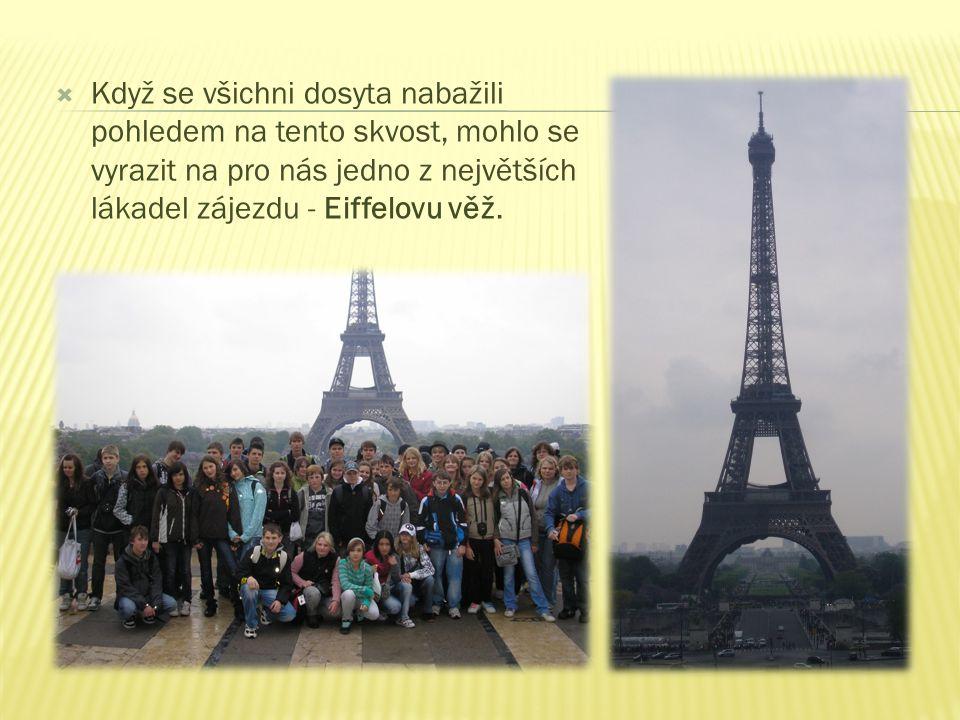  Když se všichni dosyta nabažili pohledem na tento skvost, mohlo se vyrazit na pro nás jedno z největších lákadel zájezdu - Eiffelovu věž.