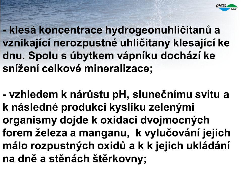 - klesá koncentrace hydrogeonuhličitanů a vznikající nerozpustné uhličitany klesající ke dnu. Spolu s úbytkem vápníku dochází ke snížení celkové miner