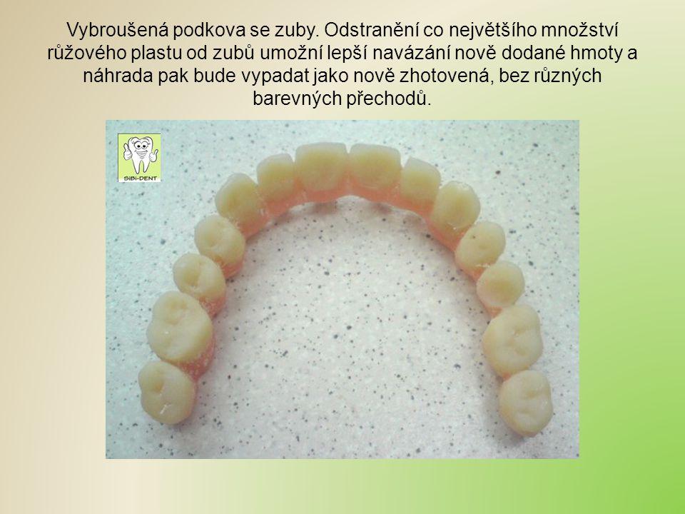 Vybroušená podkova se zuby. Odstranění co největšího množství růžového plastu od zubů umožní lepší navázání nově dodané hmoty a náhrada pak bude vypad