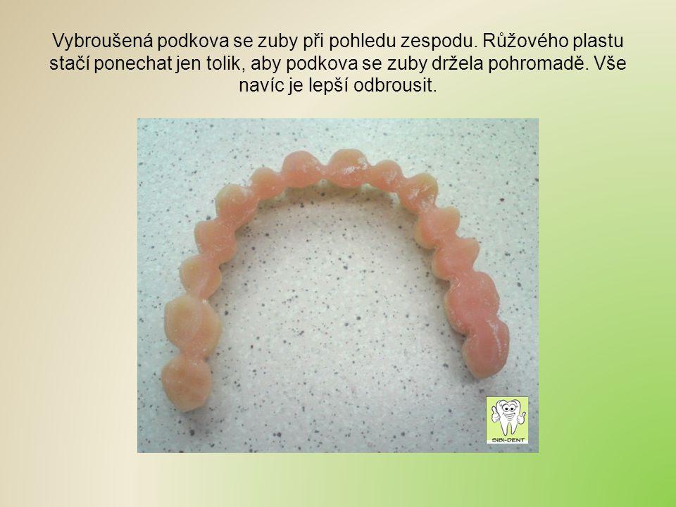 Vybroušená podkova se zuby při pohledu zespodu. Růžového plastu stačí ponechat jen tolik, aby podkova se zuby držela pohromadě. Vše navíc je lepší odb