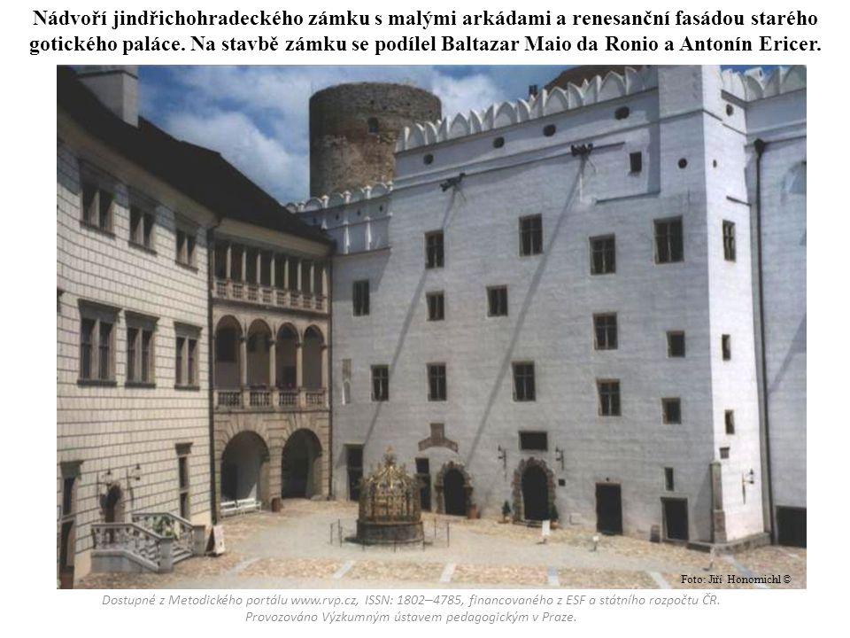 Nádvoří jindřichohradeckého zámku s malými arkádami a renesanční fasádou starého gotického paláce. Na stavbě zámku se podílel Baltazar Maio da Ronio a
