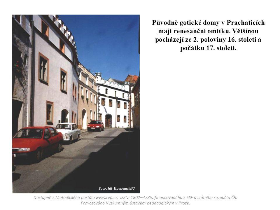 Původně gotické domy v Prachaticích mají renesanční omítku. Většinou pocházejí ze 2. poloviny 16. století a počátku 17. století. Dostupné z Metodickéh