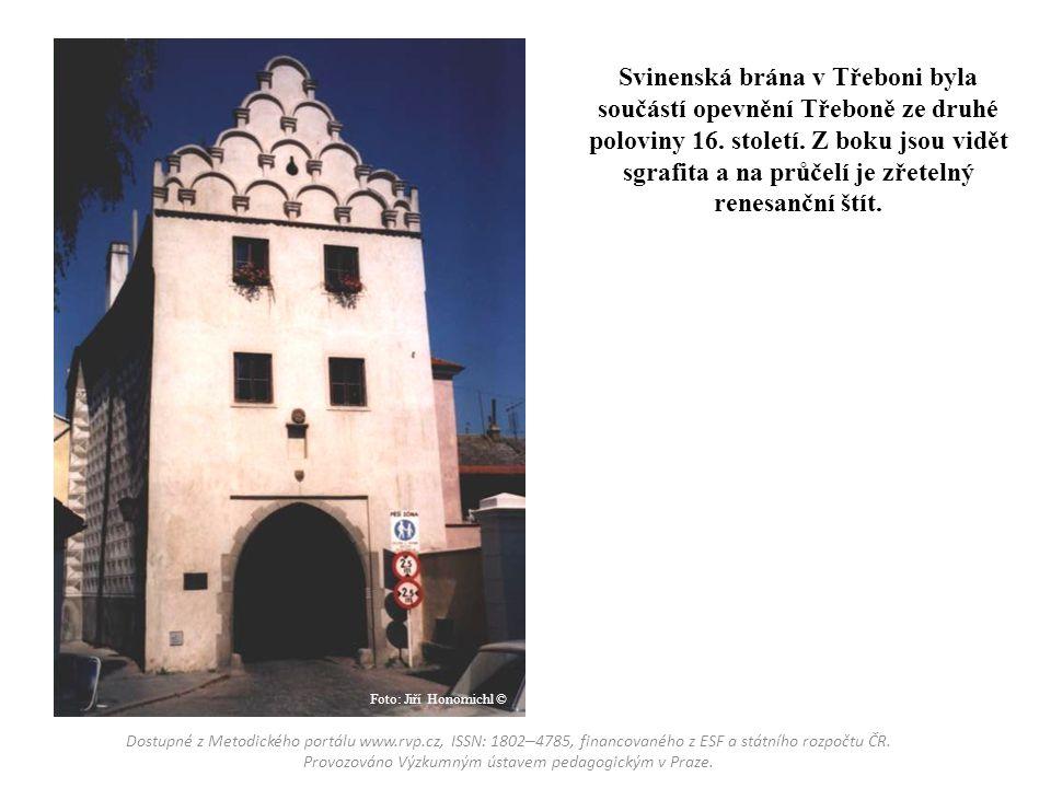 Svinenská brána v Třeboni byla součástí opevnění Třeboně ze druhé poloviny 16. století. Z boku jsou vidět sgrafita a na průčelí je zřetelný renesanční