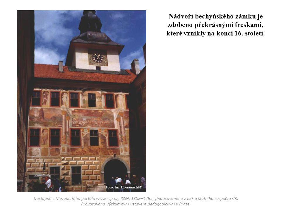 Nádvoří bechyňského zámku je zdobeno překrásnými freskami, které vznikly na konci 16. století. Dostupné z Metodického portálu www.rvp.cz, ISSN: 1802 –