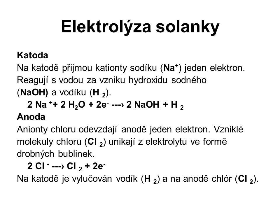 Elektrolýza solanky Katoda Na katodě přijmou kationty sodíku (Na + ) jeden elektron. Reagují s vodou za vzniku hydroxidu sodného (NaOH) a vodíku (H 2