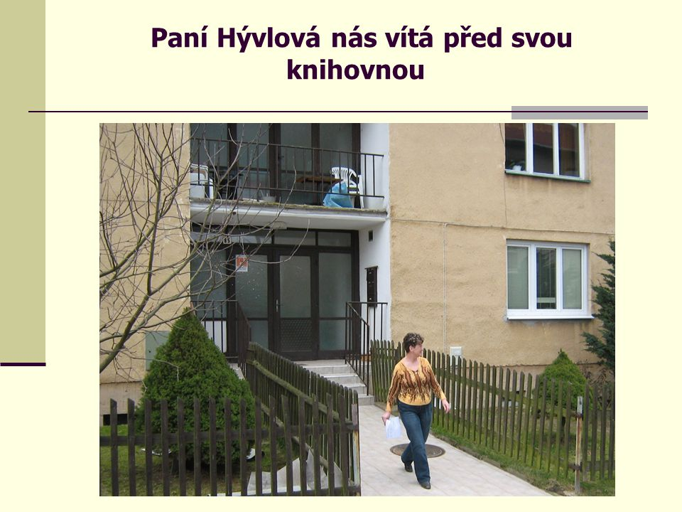 Paní Hývlová nás vítá před svou knihovnou