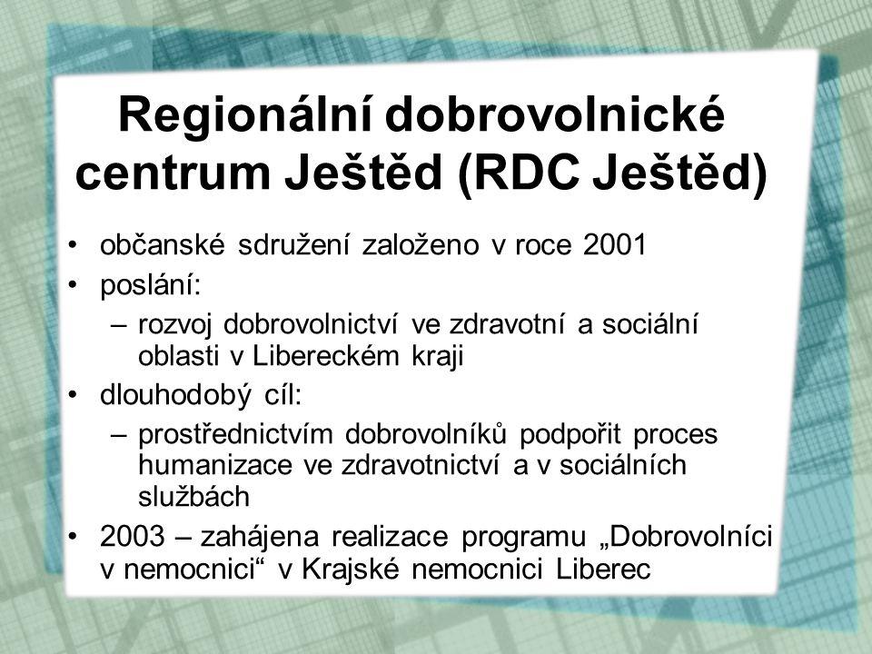 """•občanské sdružení založeno v roce 2001 •poslání: –rozvoj dobrovolnictví ve zdravotní a sociální oblasti v Libereckém kraji •dlouhodobý cíl: –prostřednictvím dobrovolníků podpořit proces humanizace ve zdravotnictví a v sociálních službách •2003 – zahájena realizace programu """"Dobrovolníci v nemocnici v Krajské nemocnici Liberec Regionální dobrovolnické centrum Ještěd (RDC Ještěd)"""
