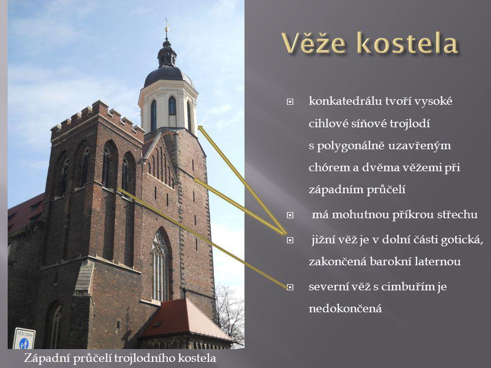  konkatedrálu tvoří vysoké cihlové síňové trojlodí s polygonálně uzavřeným chórem a dvěma věžemi při západním průčelí  má mohutnou příkrou střechu  jižní věž je v dolní části gotická, zakončená barokní laternou  severní věž s cimbuřím je nedokončená Západní průčelí trojlodního kostela
