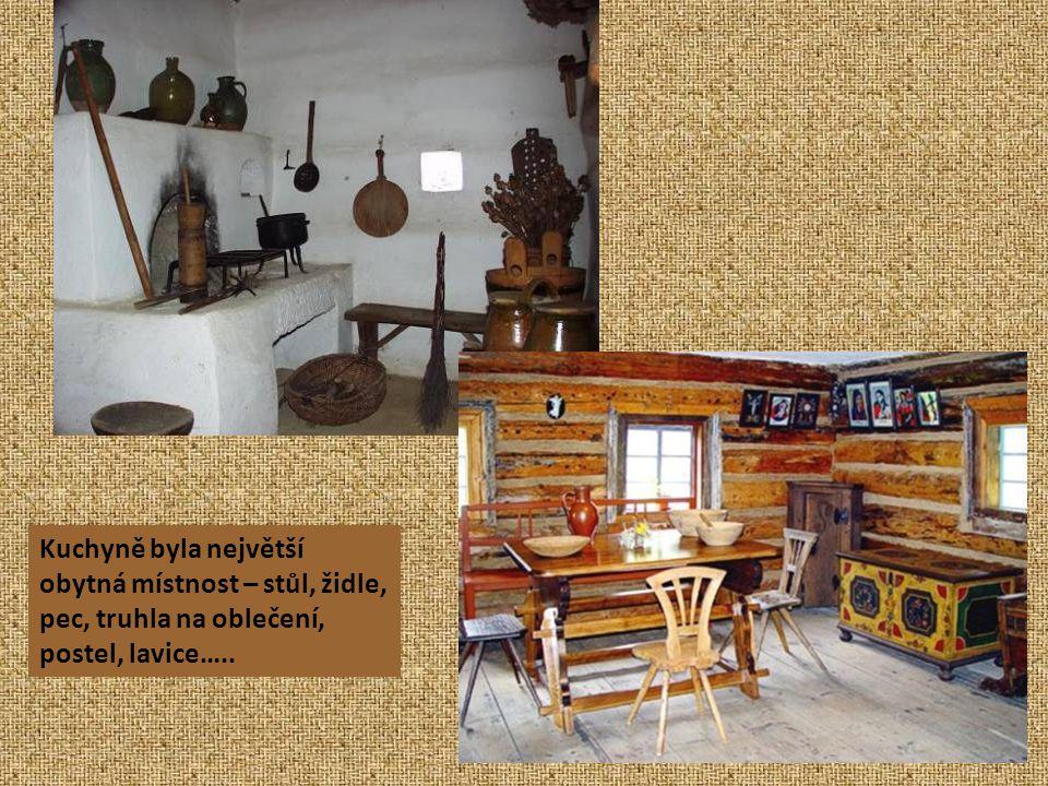 Kuchyně byla největší obytná místnost – stůl, židle, pec, truhla na oblečení, postel, lavice…..