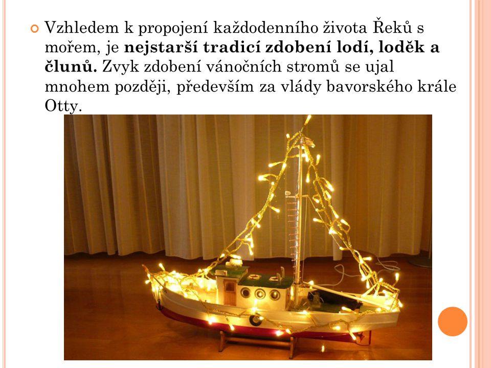 Vzhledem k propojení každodenního života Řeků s mořem, je nejstarší tradicí zdobení lodí, loděk a člunů. Zvyk zdobení vánočních stromů se ujal mnohem