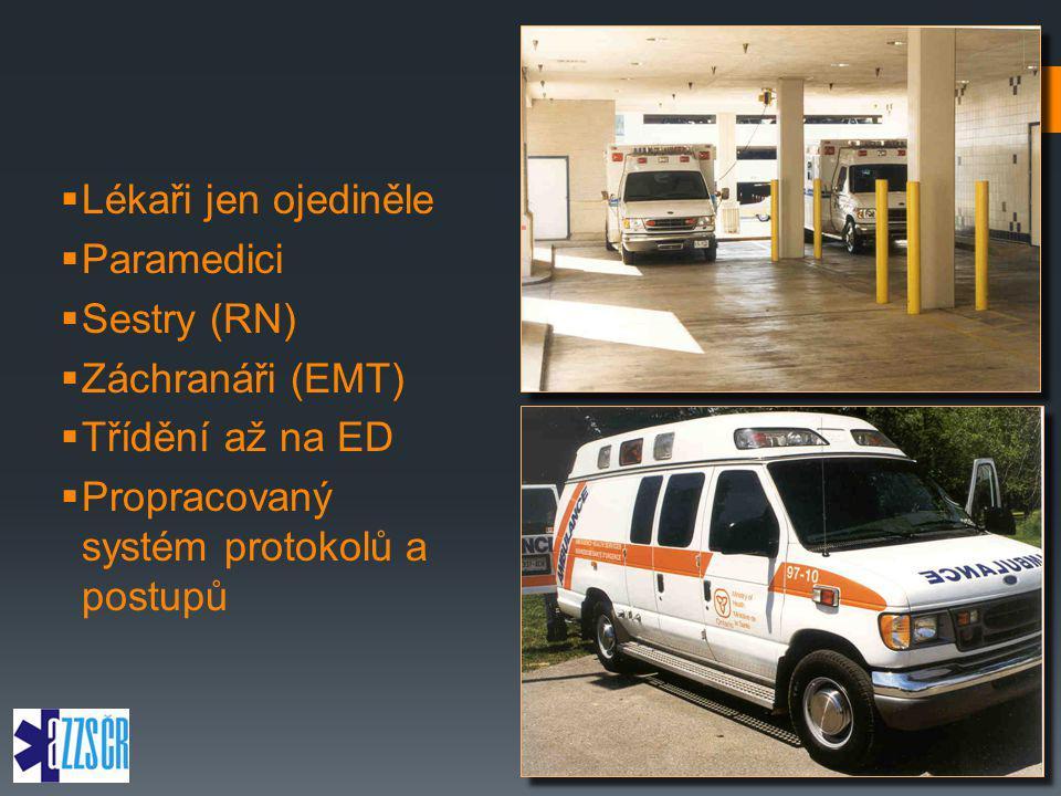  Lékaři jen ojediněle  Paramedici  Sestry (RN)  Záchranáři (EMT)  Třídění až na ED  Propracovaný systém protokolů a postupů
