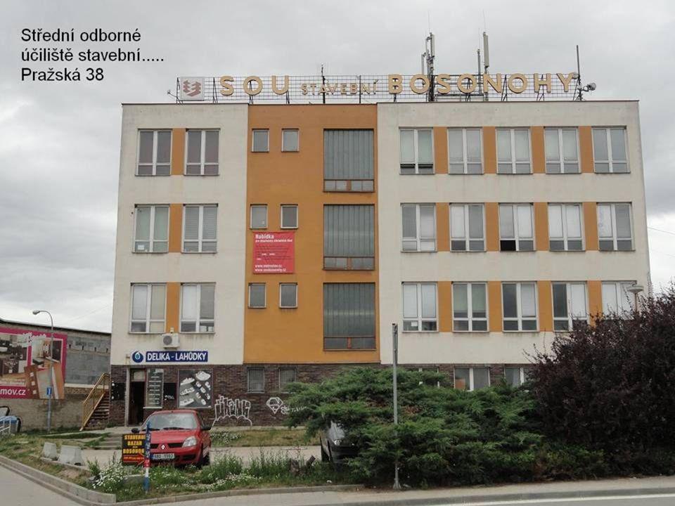 Pokračování v průjezdu po ulici Pražská - po pravé straně je jedna z budov Středního odborného učiliště