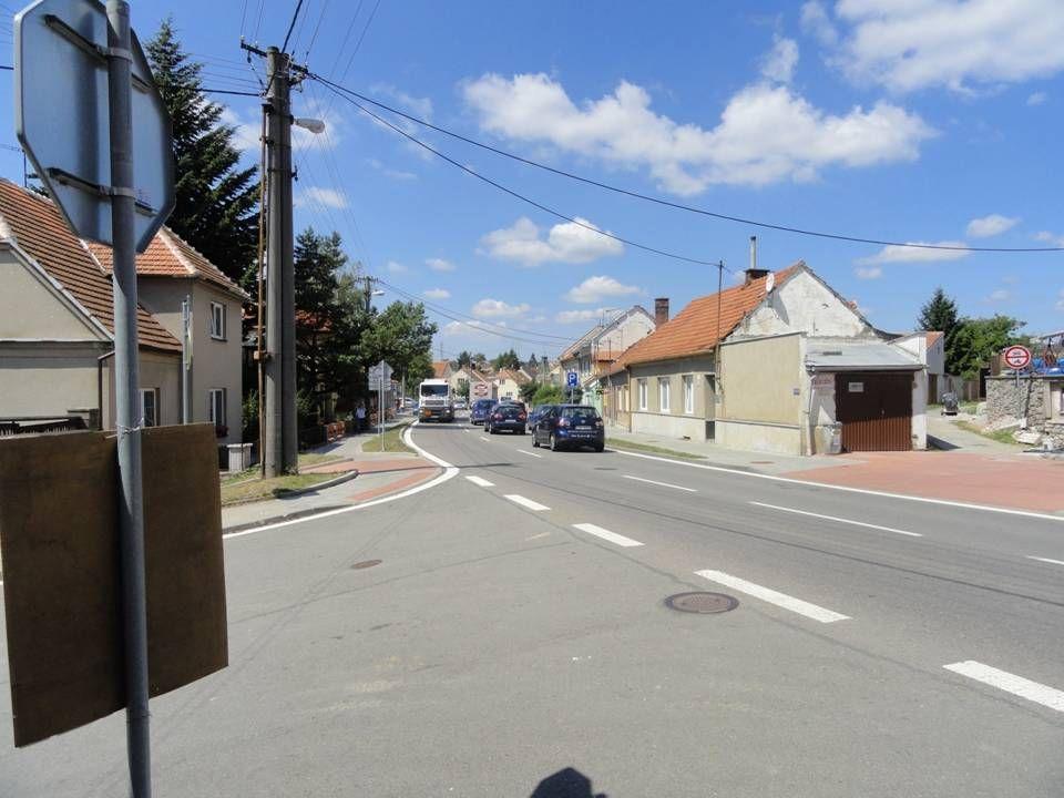 Pohled z ulice Sedla na velkou budovu Orlovny a nižší budovu Pohostinství