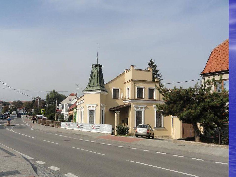 Na dalším snímku je budova-dům již opravený a zmodernizovaný, kde ordinoval od roku 1899 do roku 1922 MUDr. Jan DŘÍMAL