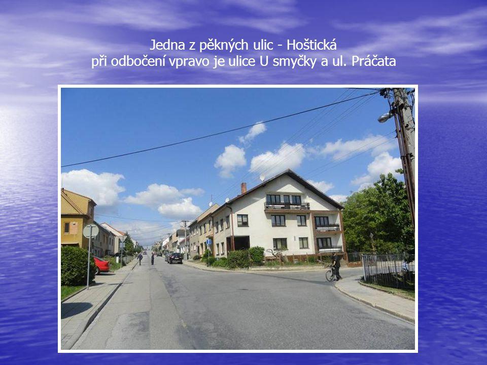 Ze silnice I. třídy, ulice Pražské, je vpravo odbočka do ulice Hoštická, po pravé straně je FOTBALOVÉ HŘIŠTĚ, malá PIVNICE a TENISOVÉ KURTY
