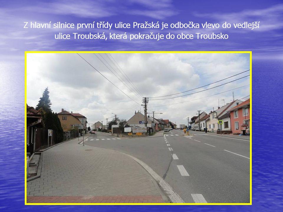 Z Hoštické ulice je odbočka na ulice U smyčky a Práčata, po které je možno se dostat k Myslivecké chatě a Hradisku Pokračování v průjezdu na hlavní si