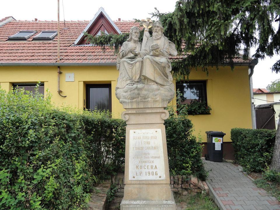 Pohled na ulici Přímou, vpravo sousoší sv. Trojice, bylo postaveno v r. 1906 nákladem Františka Kučery